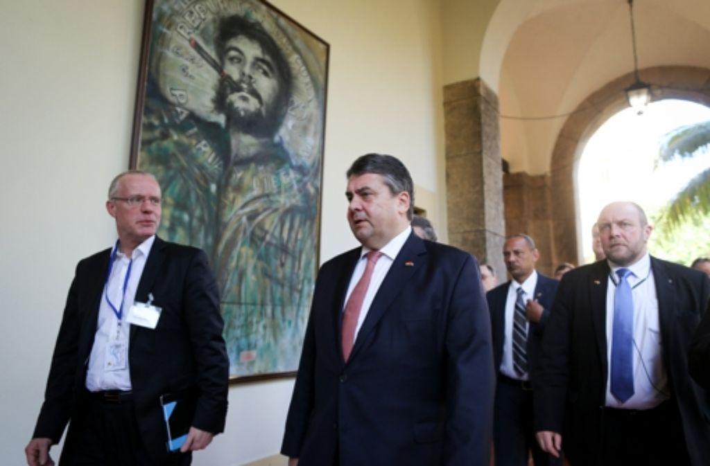 Der deutsche Wirtschaftsminister Sigmar Gabriel – hier  vor einem Bild von Ernesto Che Guevara – will die Zusammenarbeit mit Kuba ausbauen. Foto: dpa