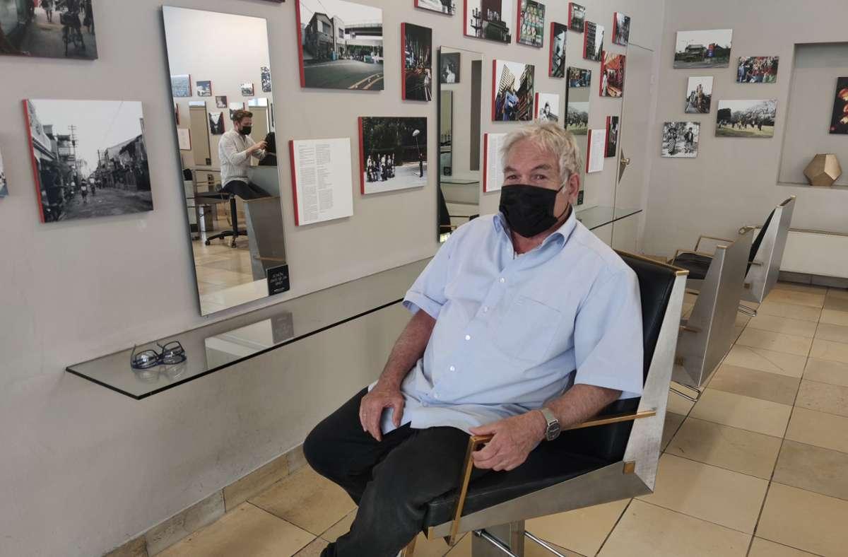 Heinz Klinger hat seinen Salon an David Pflüger (im Spiegel) übergeben. Foto: Kathrin Wesely