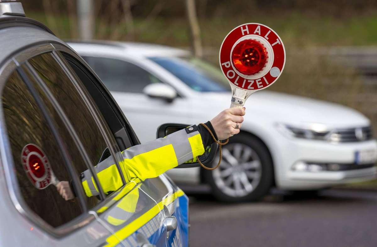 Nicht alle Autofahrer lassen sich von der Polizei anhalten – mit gefährlichen Folgen (Symbolbild). Foto: imago images/Jochen Tack