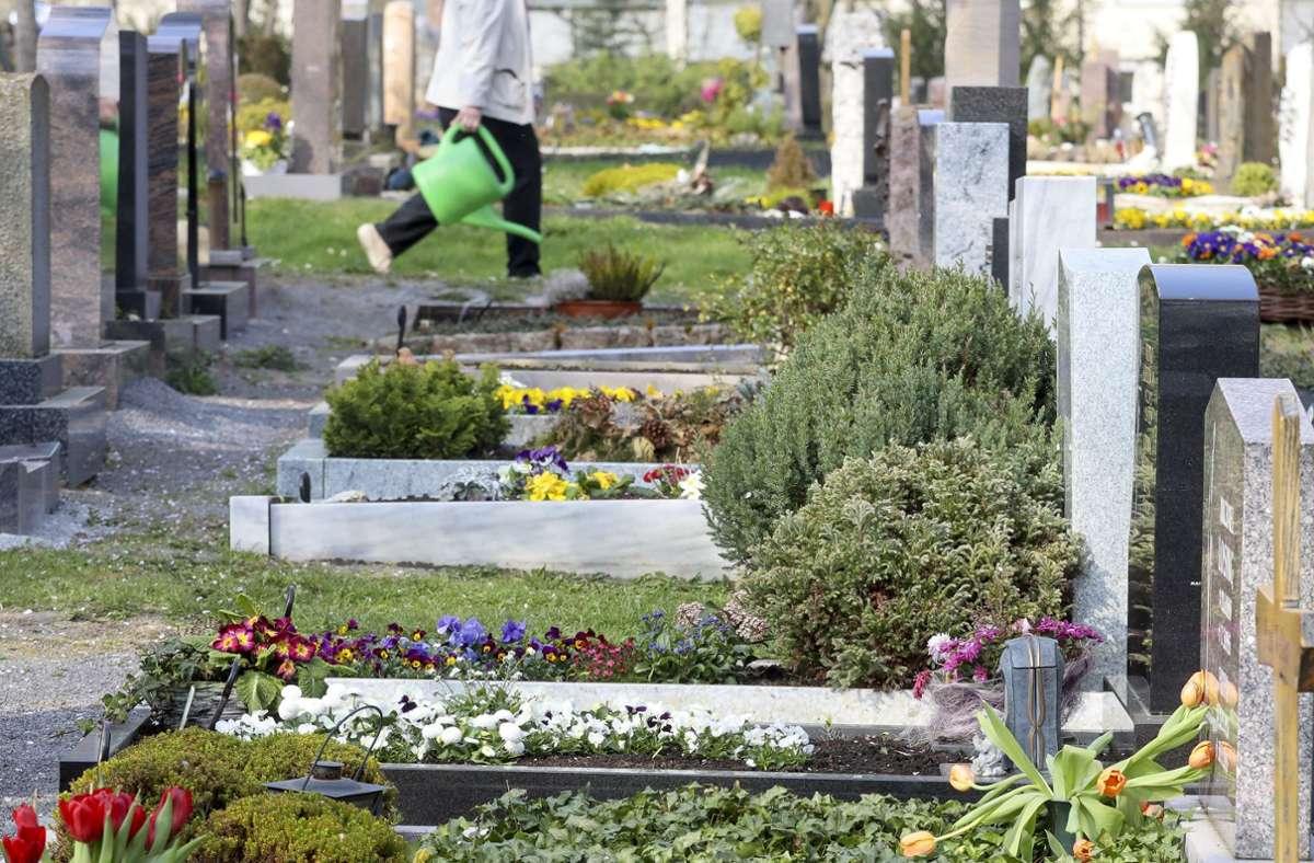 Der Mann hatte mit seinem Dienstfahrzeug auf einem Friedhof geparkt und sich in dem Leichenwagen schlafen gelegt. (Symbolbild) Foto: factum/Simon Granville