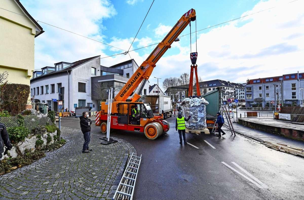 Nach erfolgter Straßensperrung werden zwei Sattelzüge entladen. Der 15 Tonnen schwere Permanentmagnet hängt  am Haken, Foto: Tom Bloch