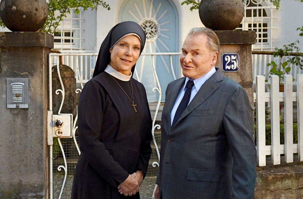 Wie ein altes Ehepaar: Schwester Hanna (Janina Hartwig) und Fritz Wepper in seiner Paraderolle Foto: ARD/Barbara Bauriedl