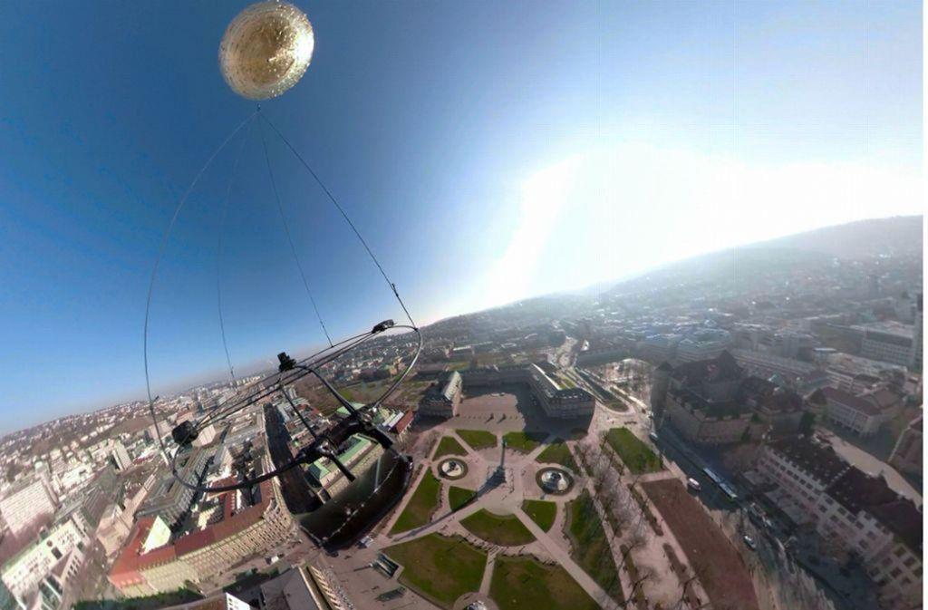 Auf dem Schlossplatz ist der Goldballon der Künstlerin Marie Lienhard bei Bilderbuchwetter gestartet. Foto: Marie Lienhard