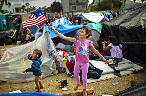 Migranten stürmen US-Grenzzaun