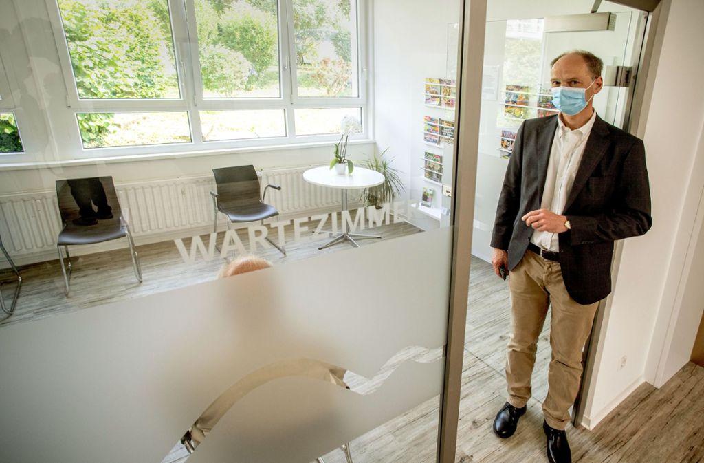 Frank Genske im nahezu leeren Wartezimmer seiner Praxis. Aus Angst vor einer Ansteckung mit dem Coronavirus meiden viele Patienten derzeit den Arztbesuch. Foto: Staufenpress