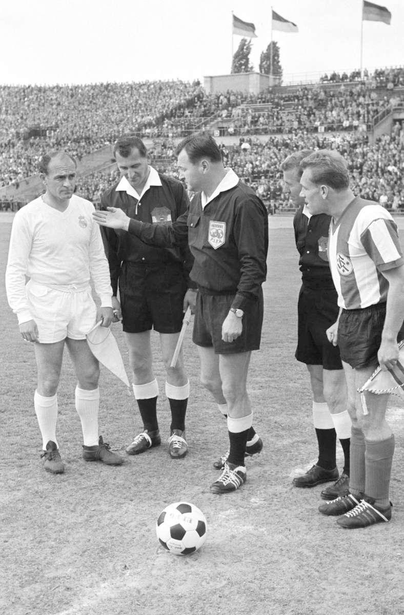 Ο Ludwig Hinterstocker (στα δεξιά) έπαιξε τόσο για το VfB Στουτγκάρδη όσο και για το Stuttgarter Kickers, και κέρδισε ακόμη και το Κύπελλο DFB με τους Κόκκινους το 1954.  Ο ντόπιος της Άνω Βαυαρίας βρισκόταν επίσης στο γήπεδο στο θρυλικό φιλικό αγώνα με τη Ρεάλ Μαδρίτης το 1963 (εικόνα).  Πέθανε σε ηλικία 89 ετών.  Φωτογραφία: Baumann