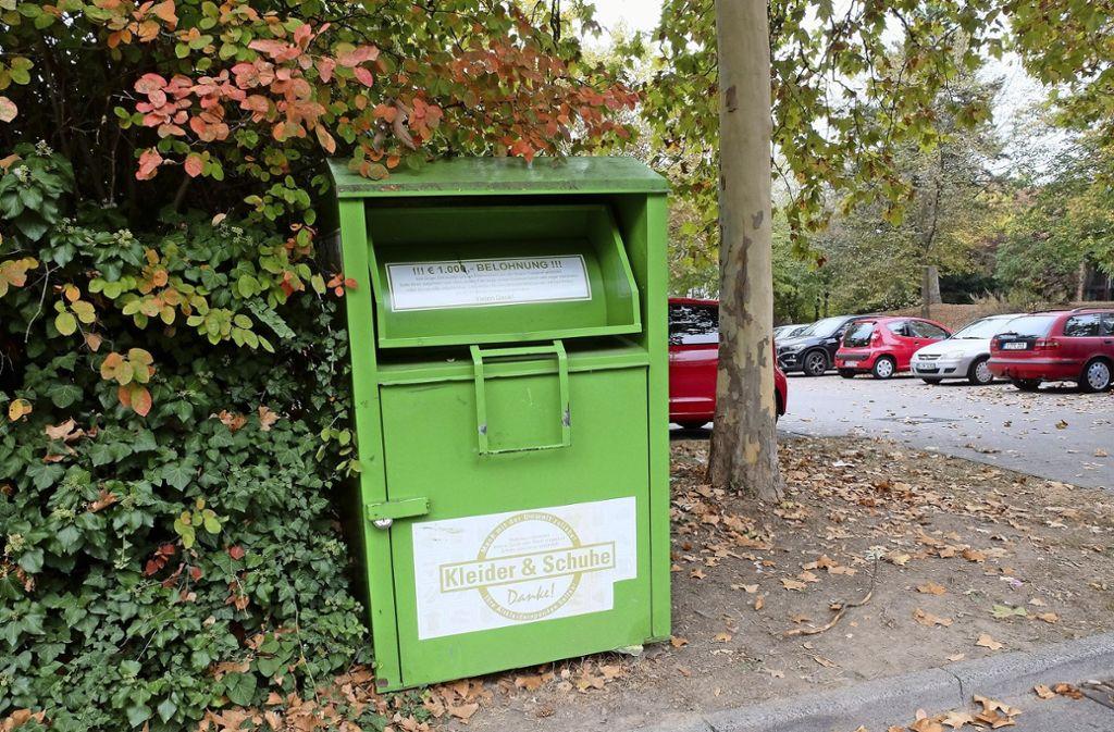 Der Altkleidercontainer auf dem Parkplatz hinter dem Ökumenischen Zentrum ist fest im Boden verankert und konnte deshalb bisher nicht entfernt werden. Foto: Iris Frey