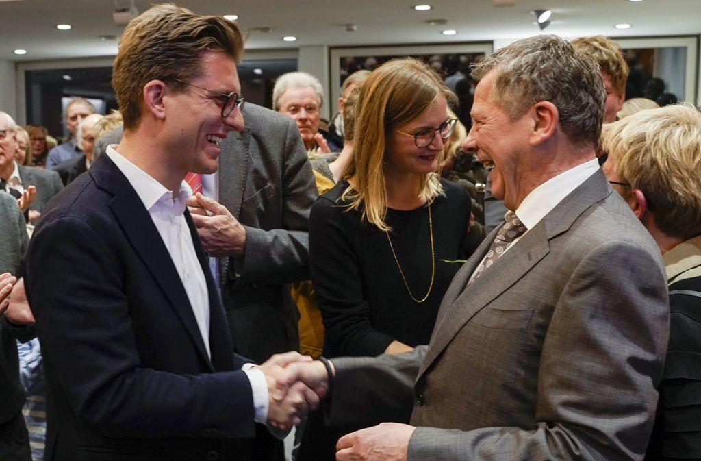 Große Freude: Der noch bis 31. Januar 2020 amtierende Bürgermeister Georg Brenner (rechts) gratuliert seinem Nachfolger Dirk Oestringer (beide parteilos). Foto: factum/Jürgen Bach