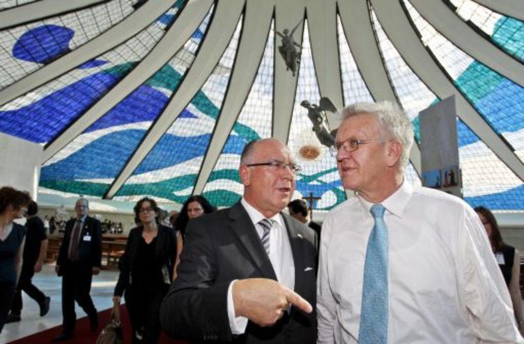Winfried Kretschmann (Die Grünen) besichtigt in Brasilia, der Hauptstadt von Brasilien, zusammen mit dem deutschen Botschafter in Brasilien, Wilfried Grolig (links), die Kathedrale von Brasilia. Foto: dpa
