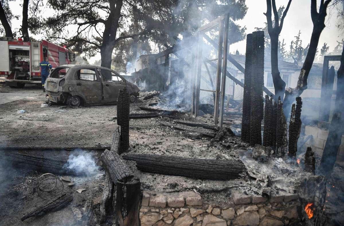 Mehr als 80 Häuser sind den Flammen in Athen seit Dienstag bereits zum Opfer gefallen. Foto: AFP/LOUISA GOULIAMAKI