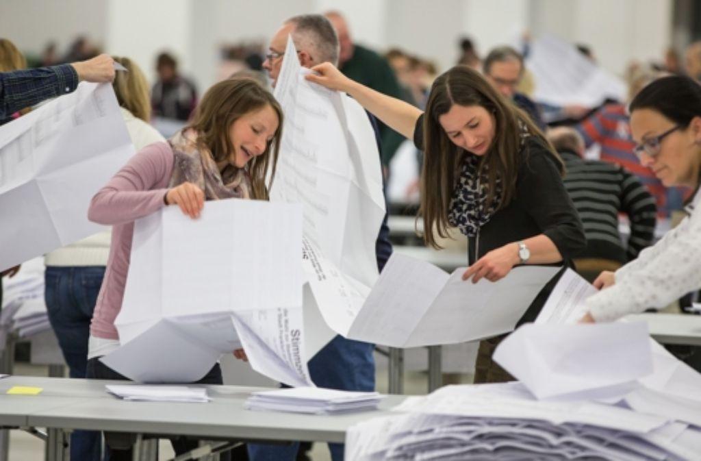 Auszählung der Stimmzettel: Bei der Kommunalwahl in Hessen erringt die Alternative für Deutschland ein zweistelliges Ergebnis. Foto: dpa