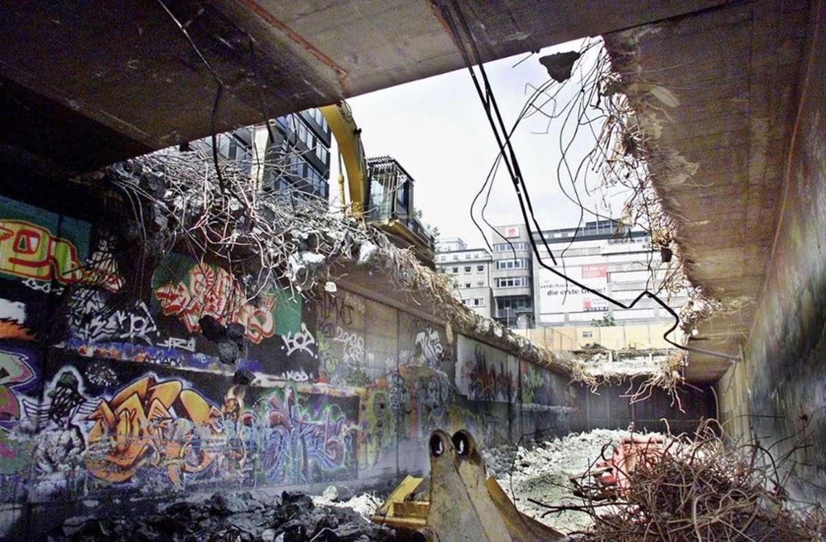 """Die legendäre """"Hall of Fame"""" in einem still gelegten Autotunnel am Kleinen Schlossplatz  ist im  Jahr 2002 abgerissen worden. Foto: S/teinert"""