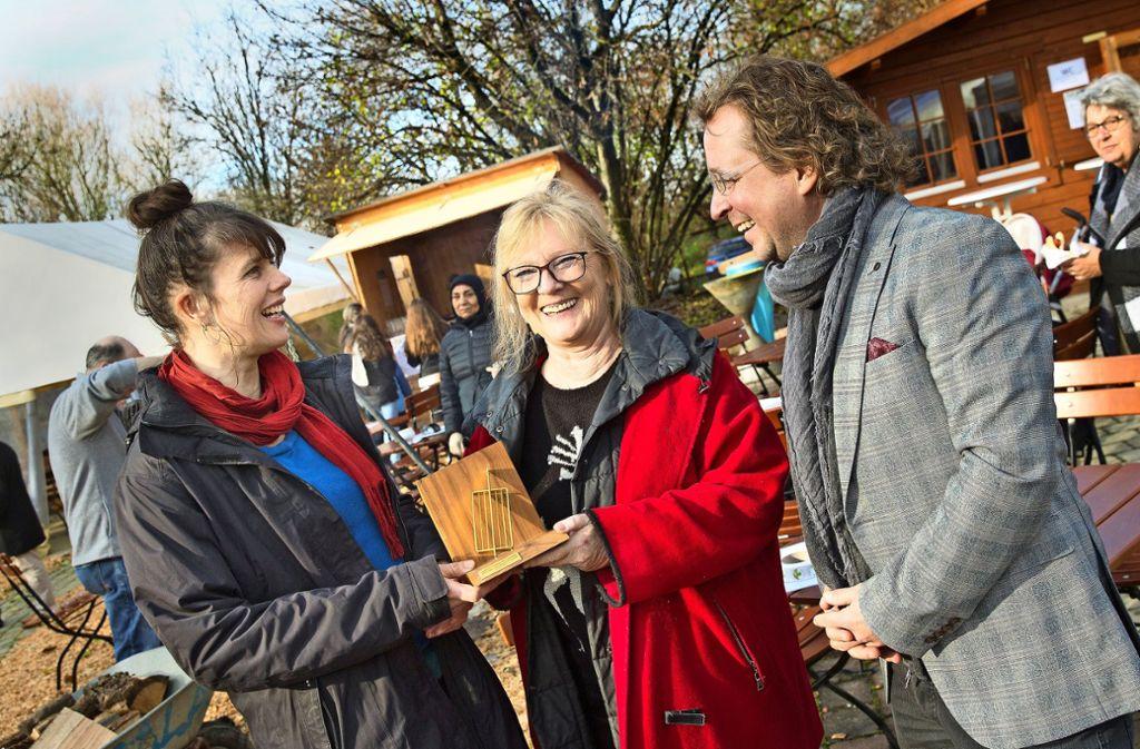 Katharina Heigl, Karin Woyta und Christian Eichert (von links) strahlen bei der Übergabe der Goldenen Käseharfe um die Wette. Foto: /Horst Rudel