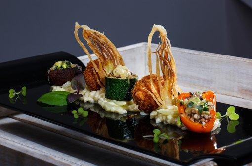 Zweierlei Fenchelrisotto mit Fenchelchips und gefülltem Mini-Gemüse