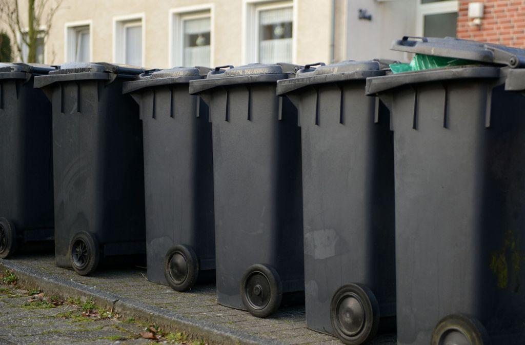 Sauber aufgereiht und meistens nicht leer. Das Müllaufkommen pro Kopf und Jahr ist in den vergangenen dreißig Jahren nicht gesunken. Foto: dpa