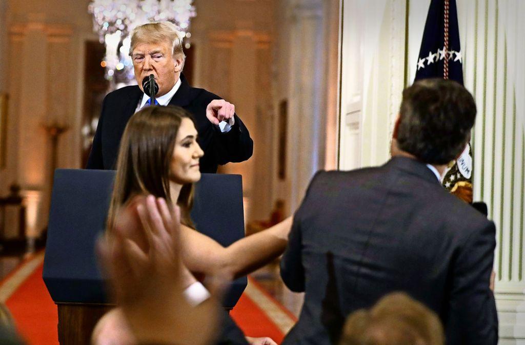 Eine Mitarbeiterin Trumps soll CNN-Reporter Jim Acosta das Mikrofon abnehmen. Foto: AP