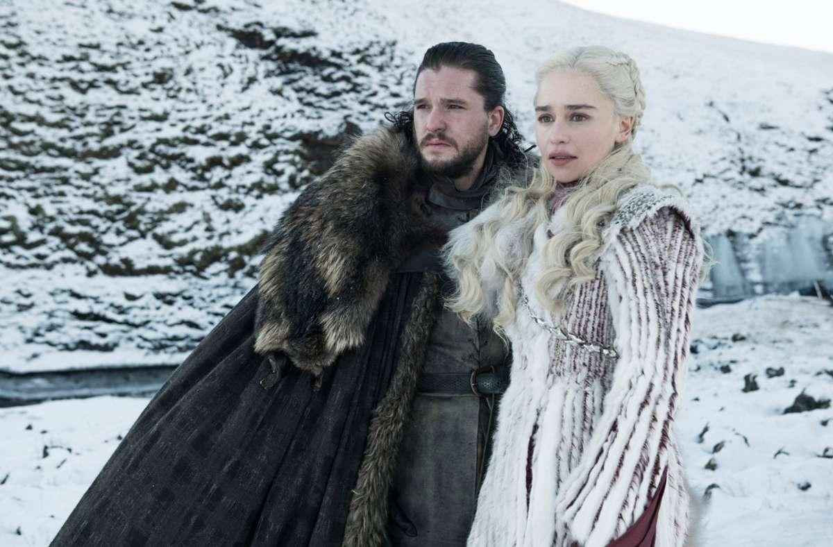 """Bereits in Produktion ist die Serie """"House of Dragons"""", die die Vorgeschichte der Familie von Daenerys Targaryen (Emilia Clarke, hier mit Kit Harington als Jon Snow) erzählt Foto: Sky/dpa"""