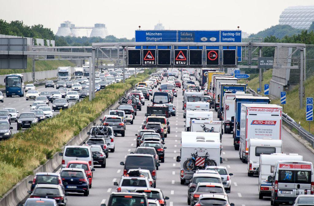 Zähfließender Verkehr herrscht auf der Autobahn A9 bei München, während auf einer Anzeigetafel über der Autobahn vor Stau gewarnt wird. Foto: Matthias Balk/dpa