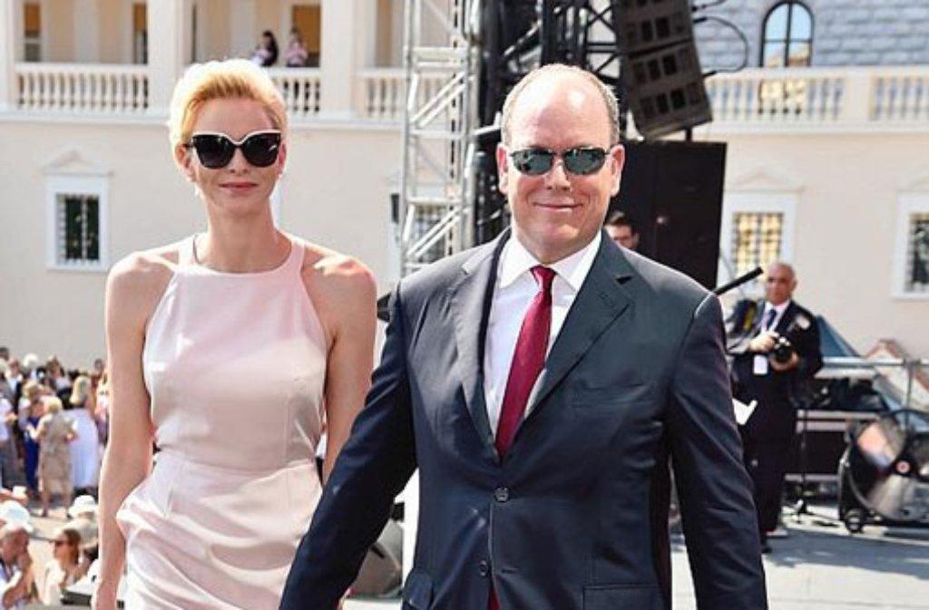 Ein schönes Paar: Fürst Albert II. und seine Frau Charlène auf dem Weg zum großen Fest für die Monegassen. Foto: Getty Images