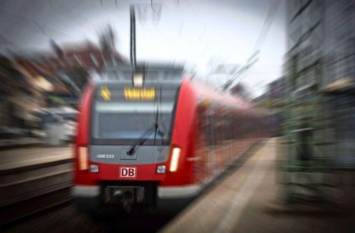 S-Bahn fährt auf umgestürzten Baum