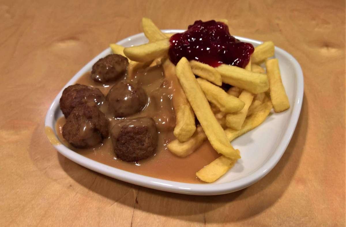 Gehört für viele Besucher von Ikea einfach dazu: Fleischbällchen Köttbullar mit Pommes als Mittagessen. (Symbolbild) Foto: imago images/Manfred Segerer/Manfred Segerer via www.imago-images.de