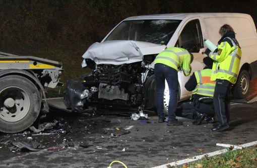 Mann fährt mit Mercedes in abgestellten Lkw-Anhänger – tot