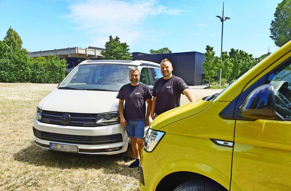 Kasra Malek (links) und Daniel Pitterle sind beide überzeugte Kleinbus-Fans. Deshalb veranstalten sie auf dem Gelände der EWS-Arena ein Festival. Foto: Schnebecl