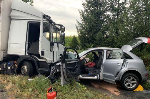 Lkw kollidiert mit zwei Autos – drei Schwerverletzte