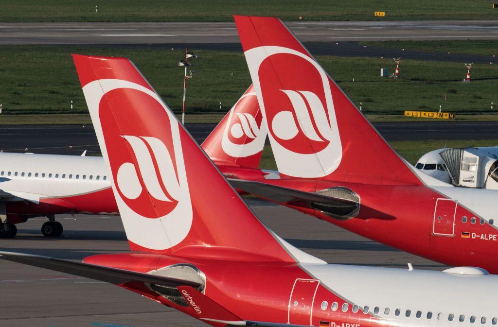 Zahlreiche Maschinen der Air Berlin müssen auch am Mittwoch wegen Krankmeldungen der Piloten am Boden bleiben. (Archivfoto) Foto: dpa