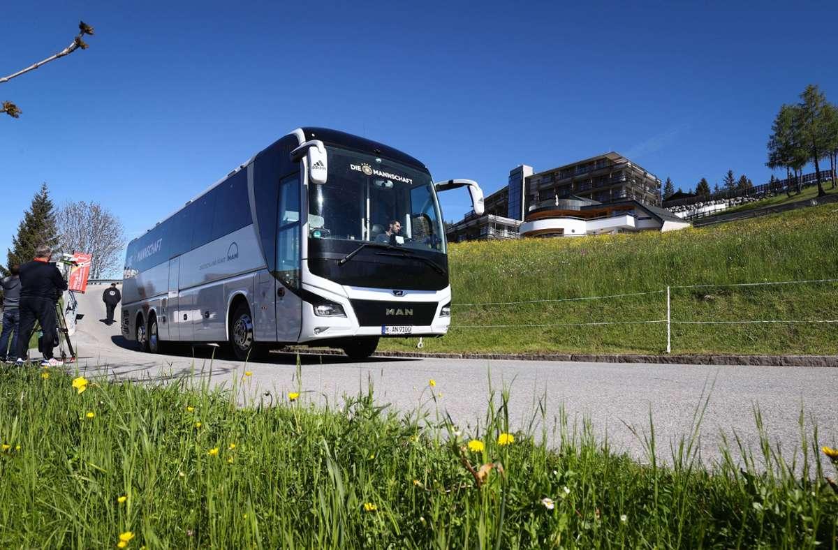 Einer der beiden Mannschaftsbusse der Deutschen Fußball-Nationalmannschaft verlässt das Hotel Nidum. Das Training der DFB-Auswahl vor der EM-Endrunde wird im nahe gelegenen Seefeld stattfinden. Foto: dpa/Christian Charisius