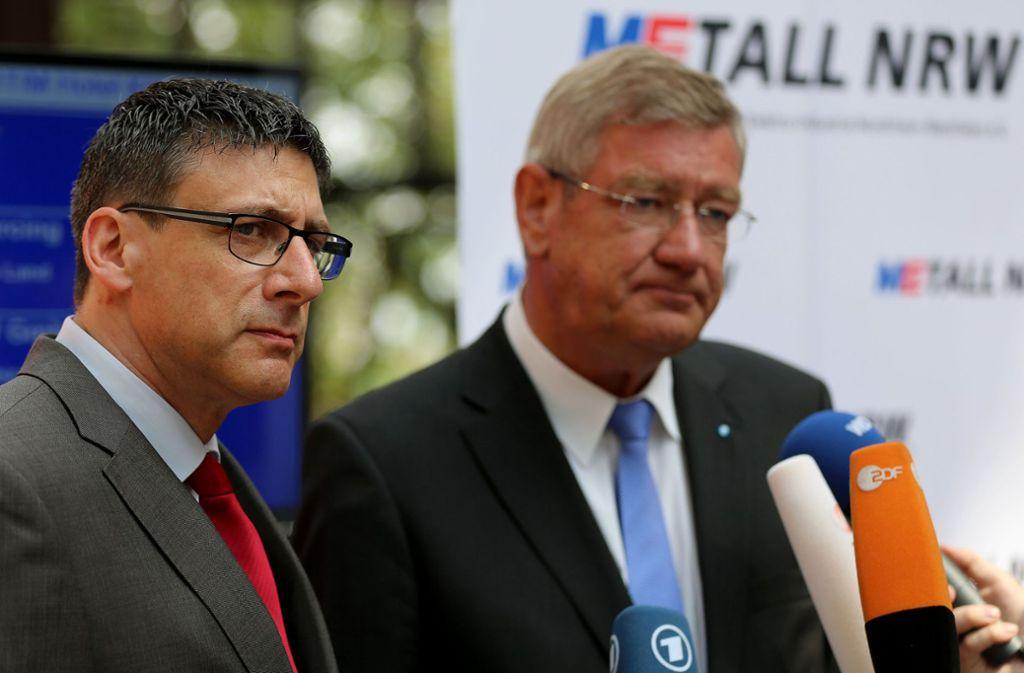 Die Verhandlungsführer des Pilotabkommens (hier in einer früheren Tarifrunde): Knut Giesler (IG Metall) und Arndt G.Kirchhoff (Metall NRW). Foto: dpa