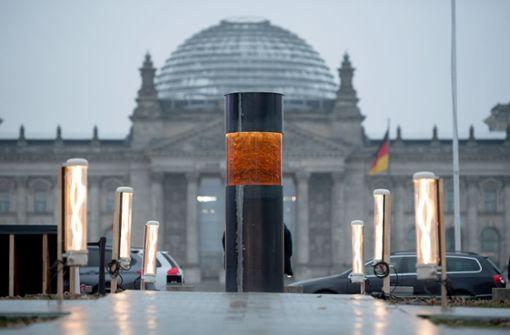 Künstlerkollektiv lässt umstrittene Säule vor Reichstag abbauen