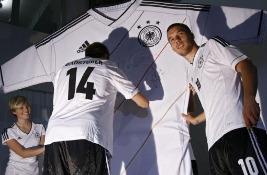 Exakt 212 Tage vor dem Auftakt der Europameisterschaft 2012 in Polen und der Ukraine haben Lukas Podolski (rechts), Holger Badstuber (Nummer 14) und der DFB das neuen Nationaltrikot präsentiert.Aus diesem Grund werfen wir einen Grund einen Blick zurück und zeigen einige DFB-Trikots der letzten Jahrzehnte - klicken Sie sich durch unsere Bildergalerie: Viele ... Foto: dapd