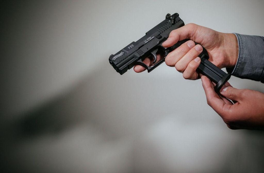 Der gesuchte Mann hat den 32-Jährigen mit einer Waffe bedroht (Symbolbild). Foto: dpa