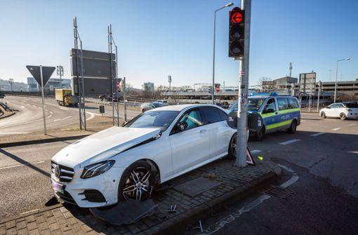 75-Jähriger kracht mit Mercedes AMG gegen Ampelmast