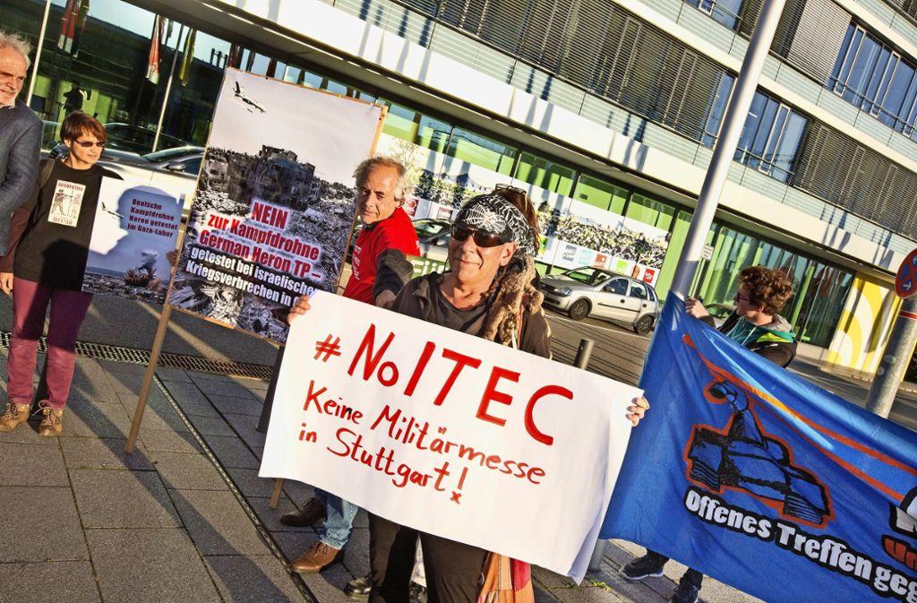 Im Oktober 2017 wird vor dem Messe-Verwaltungsgebäude gegen die absehbare Rüstungsmesse protestiert, während drinnen der Aufsichtsrat tagt. Foto: Ines Rudel