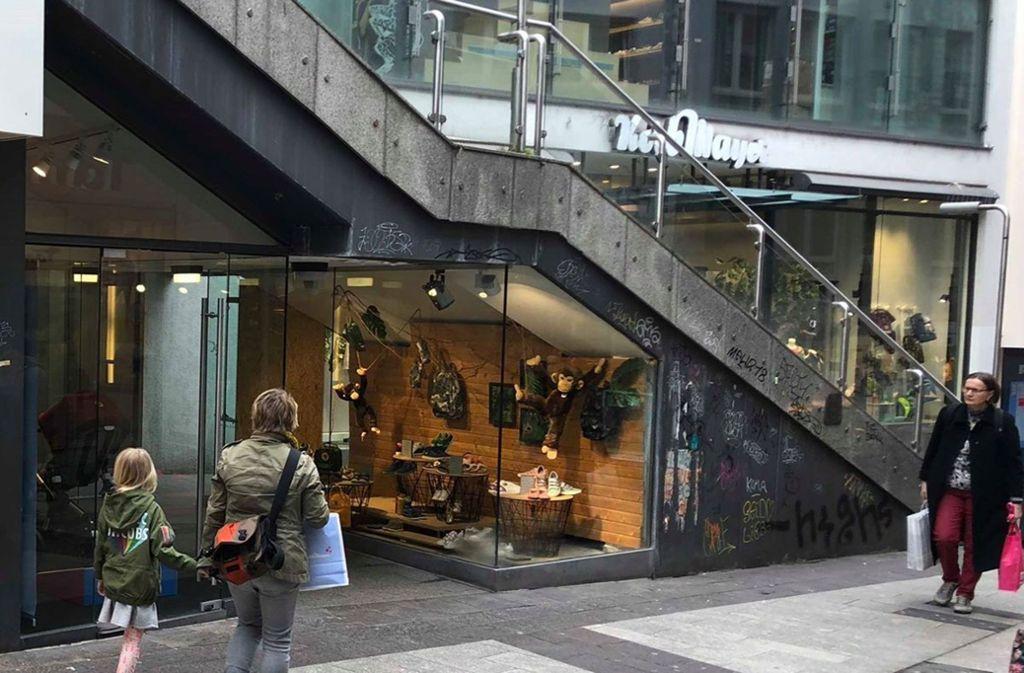 Unter dieser  Treppe auf der  Schulstraße werden künftig Maultaschen im bisherigen Schaufenster von Korbmayer verkauft. Foto: cas