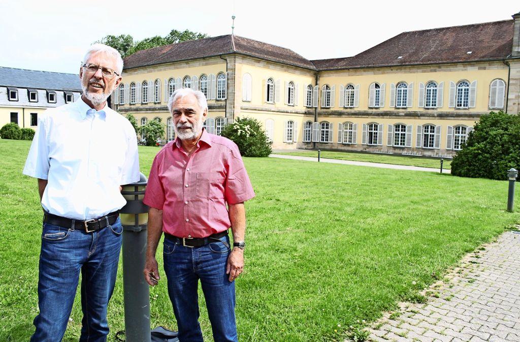 Im  Hohenheimer Schloss haben  Bernhard Gramlich (li.) und Peter Reichert, die vor 50 Jahren am PGH  ihr Abitur gemacht haben, einst die Schulbank gedrückt. Foto: Ralf Recklies