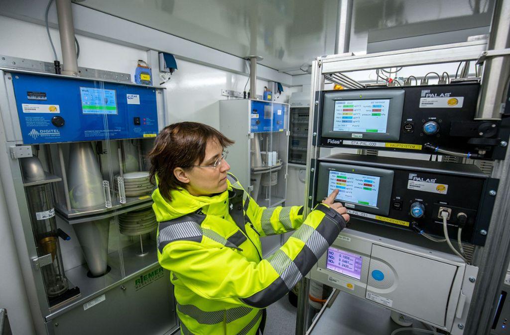 Die Messstelle am Neckartor erfasst die Stickstoffdioxidkonzentration in sehr kurzen Zeitabständen. Foto: Lichtgut/Leif Piechowski