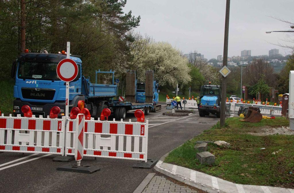 Bauarbeiter machen den Seeblickweg nun zur Sperrzone. Foto: Andreas Rosar