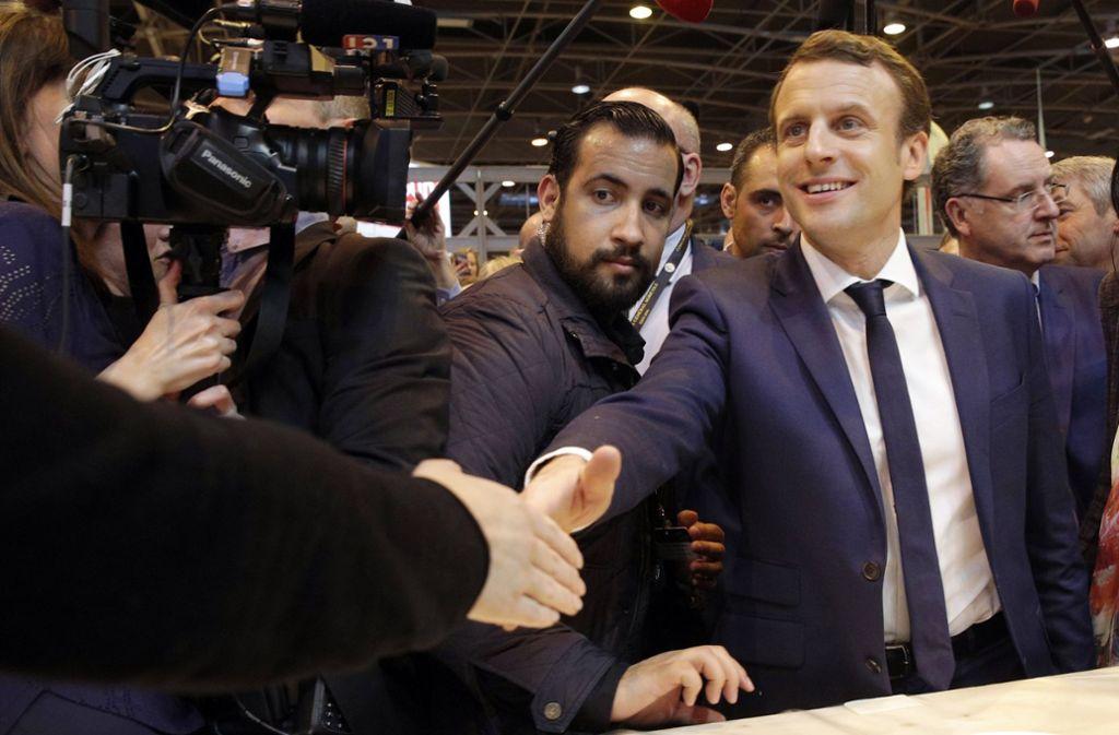 Frankreichs Staatspräsident Emmanuel Macron (r) an der Seite seines Sicherheitsmitarbeiters Alexandre Benalla in Paris. Foto: AP