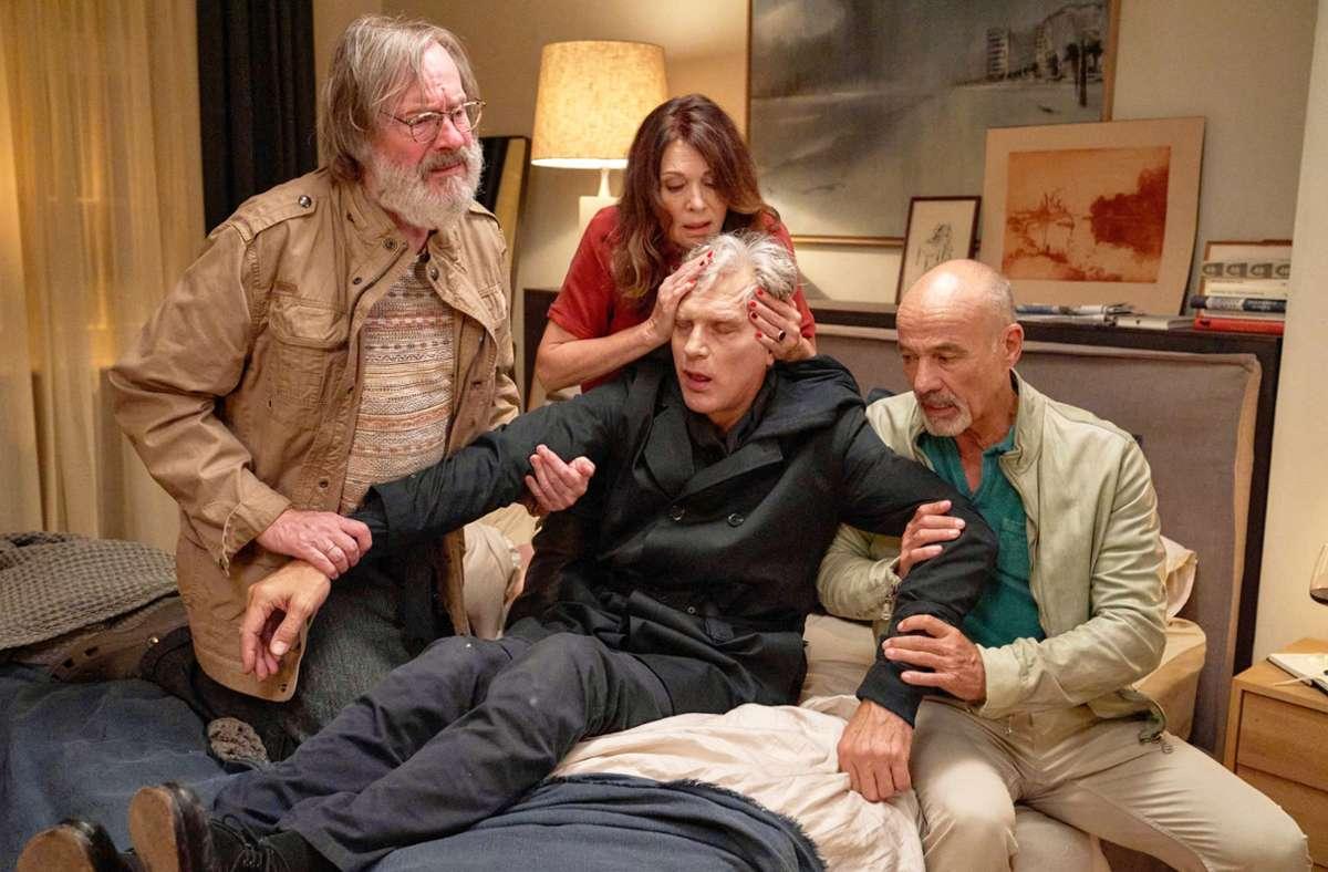 Gruppenbild mit Leiche: von links Michael Wittenborn, Iris Berben, Walter Sittler und Heiner Lauterbach. Foto: TV Now/Frank Dicks