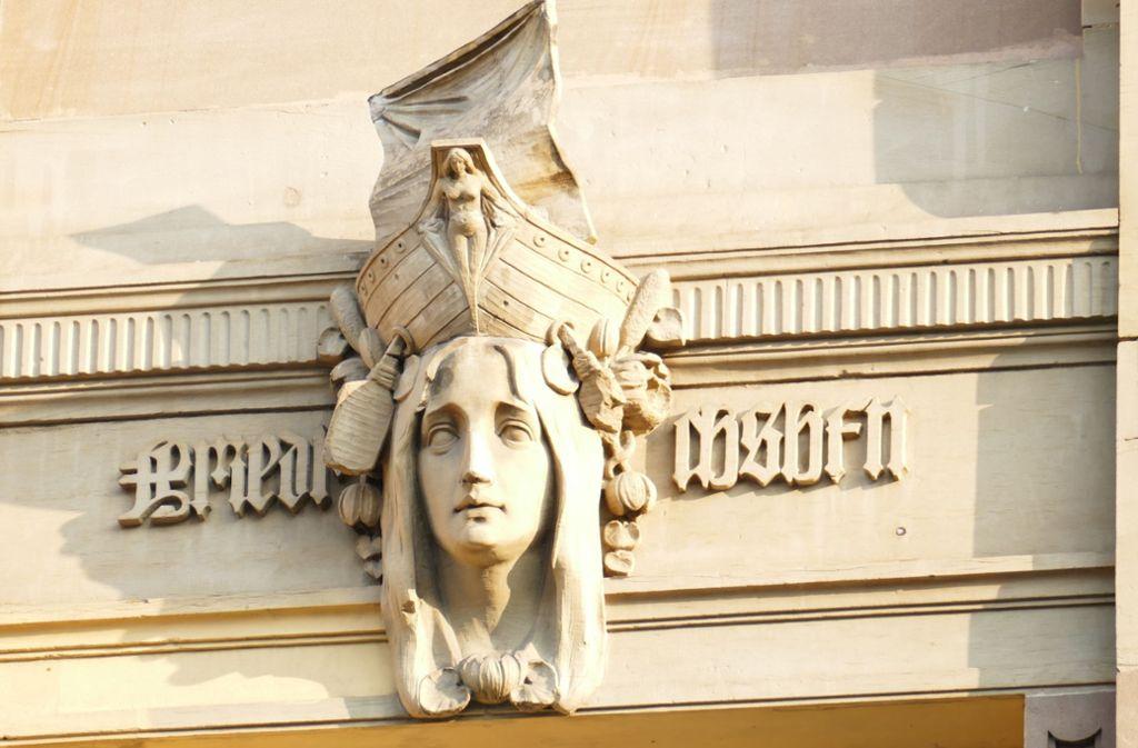 Diese Figur am Gebäude Rotebühlstraße 133 ist ein Symbol für die Stadt Friedrichshafen. Foto: Lichtgut/Achim Zweygarth