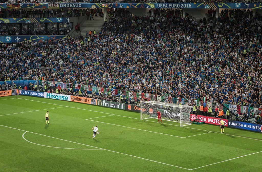 Jonas Hector vor seinem entscheidenden Elfmeter gegen Italiens Torwart Gianluigi Buffon. Foto: imago/Sebastian Wells/imago sportfotodienst