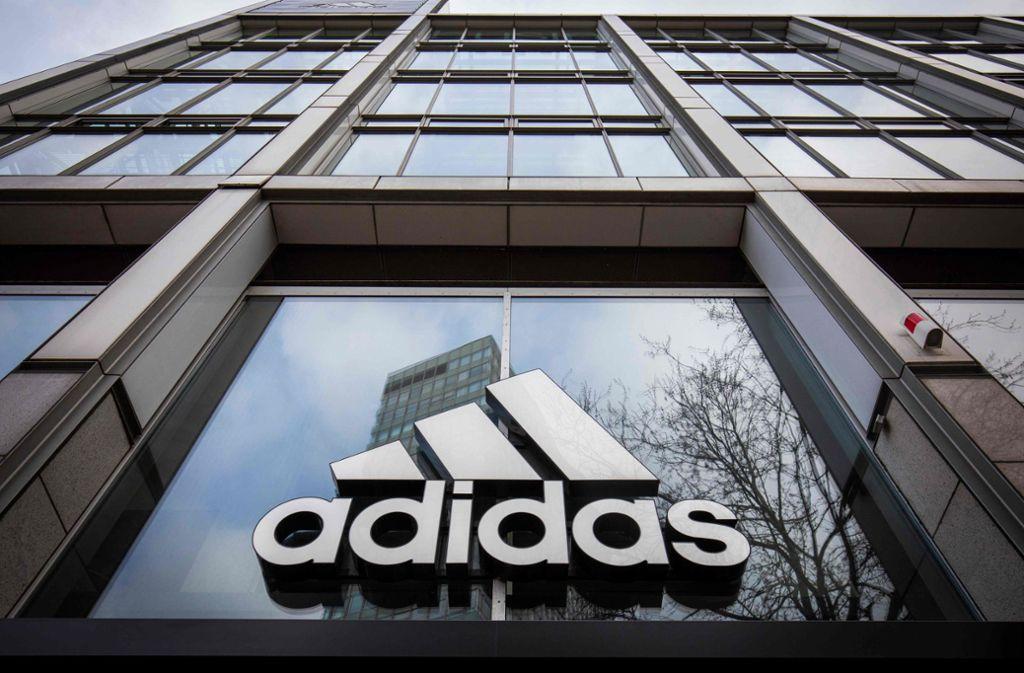 Adidas und Co. haben mit der Ankündigung, die Mietzahlung für ihre wegen der Corona-Pandemie geschlossenen Filialen vorläufig auszusetzen, in ein Wespennest gestochen. Foto: AFP/ODD ANDERSEN