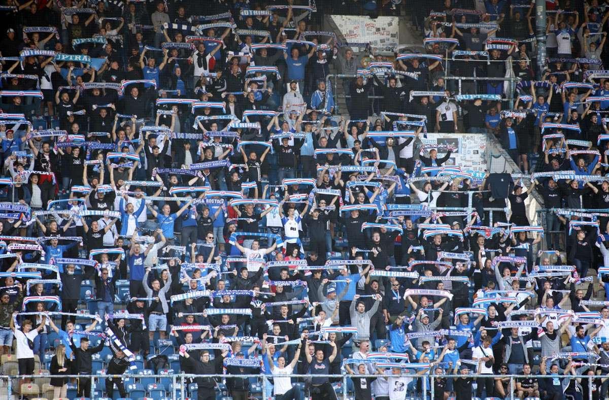 Fans des FC Hansa Rostock beim Spiel gegen den VfB Stuttgart. Foto: dpa/Danny Gohlke
