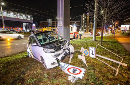Smart-Fahrer kracht mit Wagen gegen Verkehrsschild
