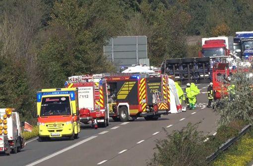 Transporter mit Giftstoff kippt auf Autobahn um - Sicherheitszone eingerichtet