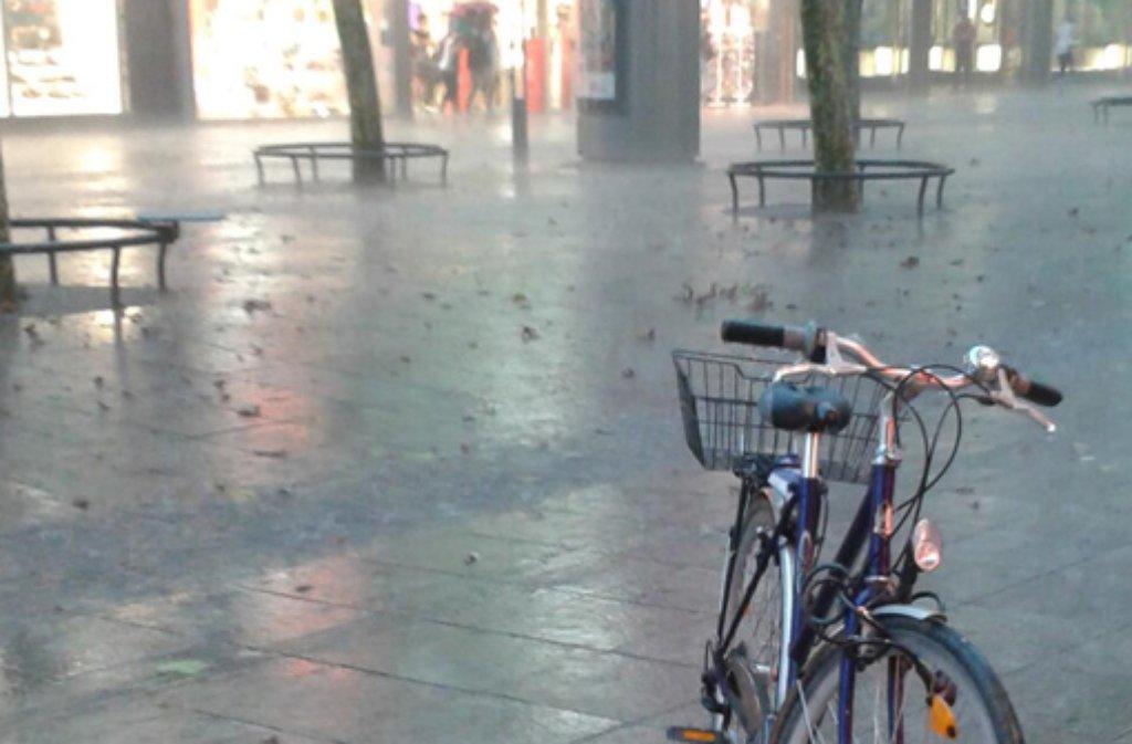 Am Mittwochmittag ist das angekündigte Gewitter in Stuttgart angekommen - starker Regen und Hagel macht vor allem dem Stuttgarter Süden zu schaffen. Hier eine Foto-Auswahl aus dem sozialen Netzwerk Twitter. Foto: @hauptsache (Twitter)/SIR