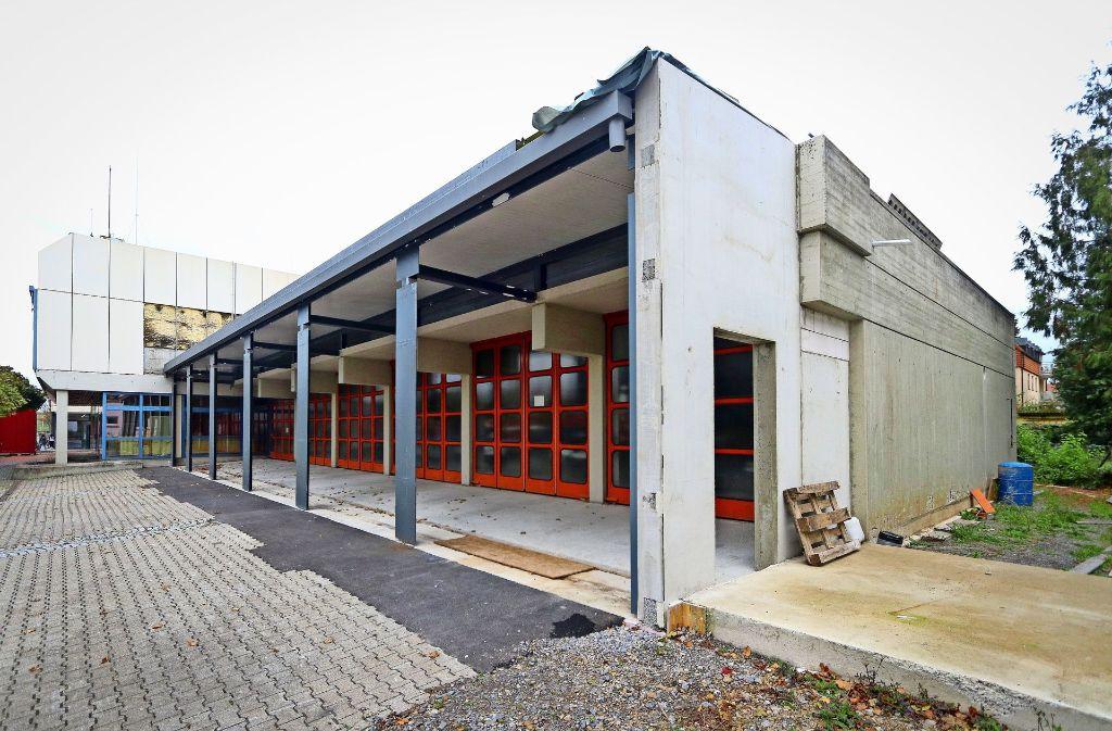 Es ist schon gut erkennbar, wohin die Reise geht: Die Garage des Feuerwehrhauses wird um einige Meter nach vorne erweitert. Doch noch konnten die neuen Tore nicht eingebaut werden. Foto: factum/Granville